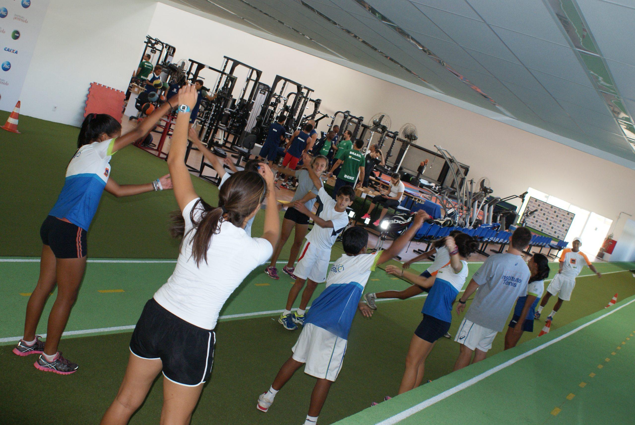 Criançada do Instituto Tênis se diverte em avaliação no NAR