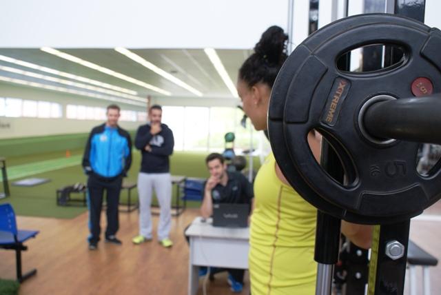 Para continuar no topo, a atleta de vôlei Ivna faz testes no NAR
