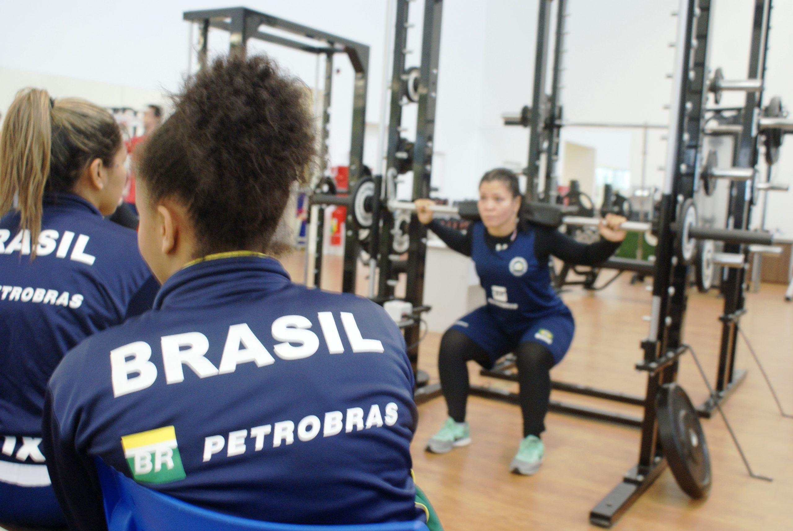 Mulheres da seleção olímpica de boxe passam por testes de salto e potência