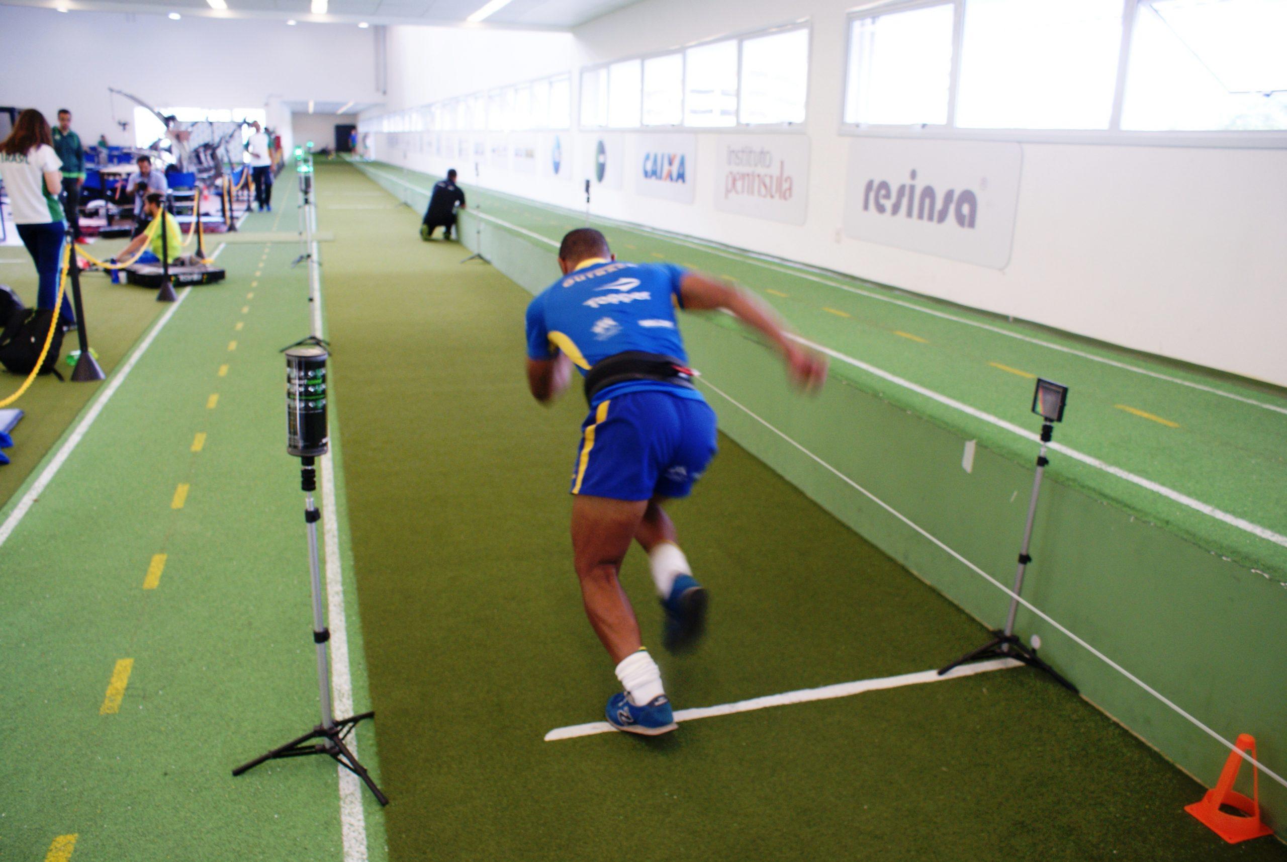Jogadores de rugby participam de estudo de velociodade tracionada no NAR