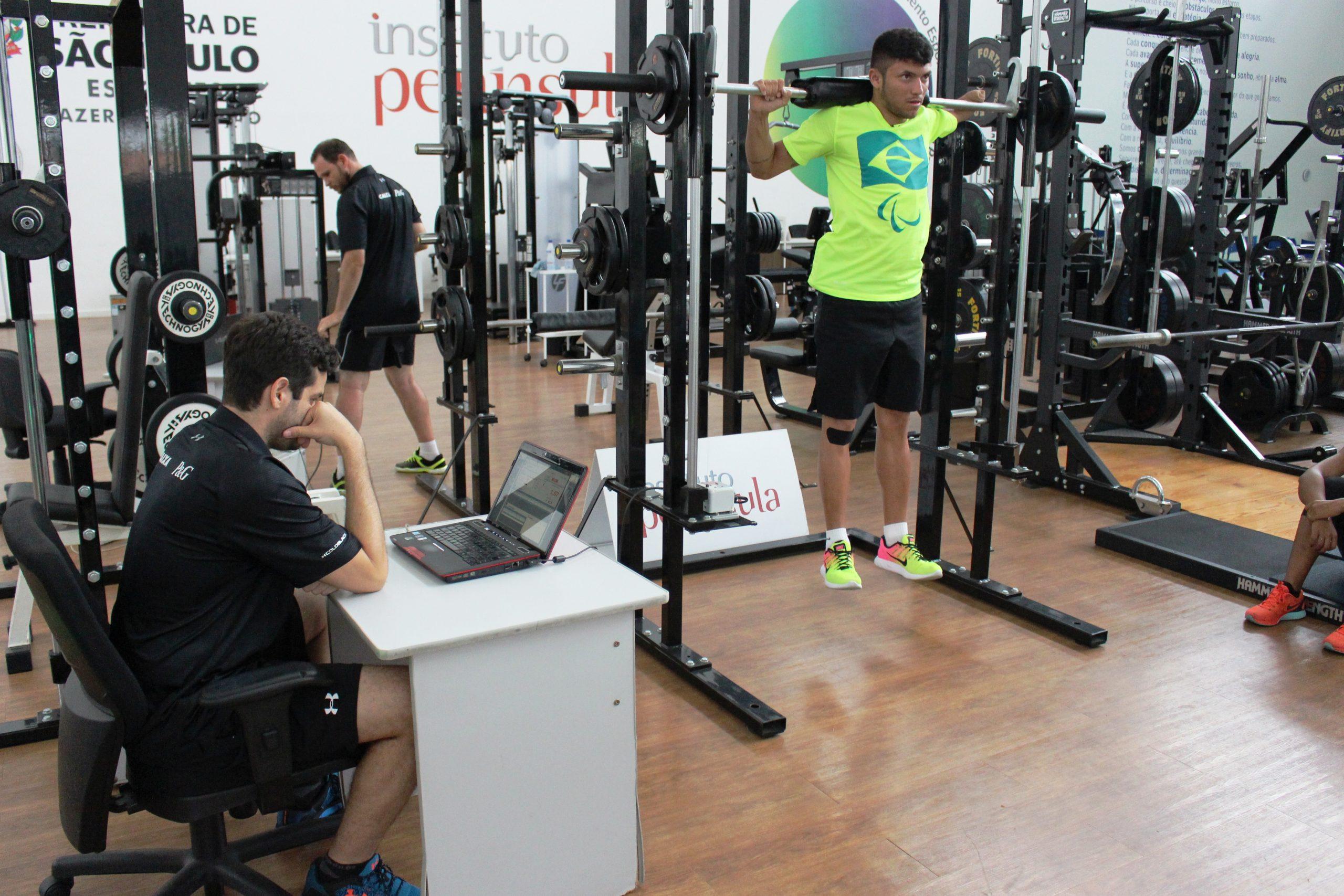 Liderados pelo campeão e recordista Petrúcio Ferreira, atletas da seleção de atletismo paralímpico são avaliados no NAR-SP