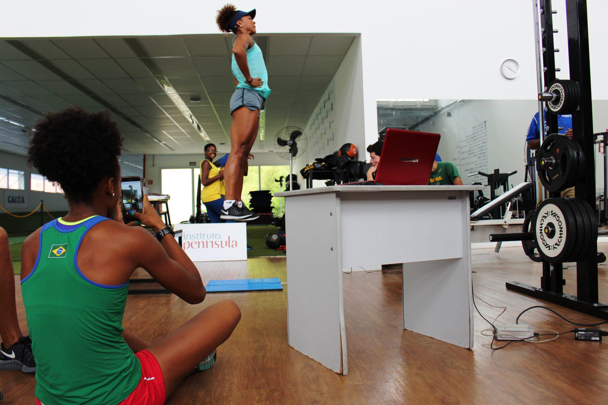 Saltadores do clube BM&F Bovespa, entre eles a olímpica Keila Costa, passam por avaliações no NAR-SP