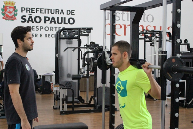 Edênia Garcia e Matheus Rheine, da seleção paralímpica de natação, são avaliados no NAR-SP