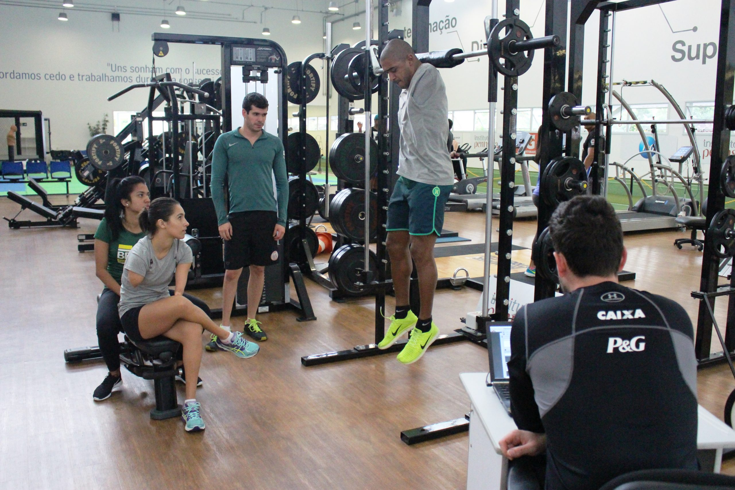Seleção brasileira de natação paralímpica continua acompanhamento físico no NAR-SP