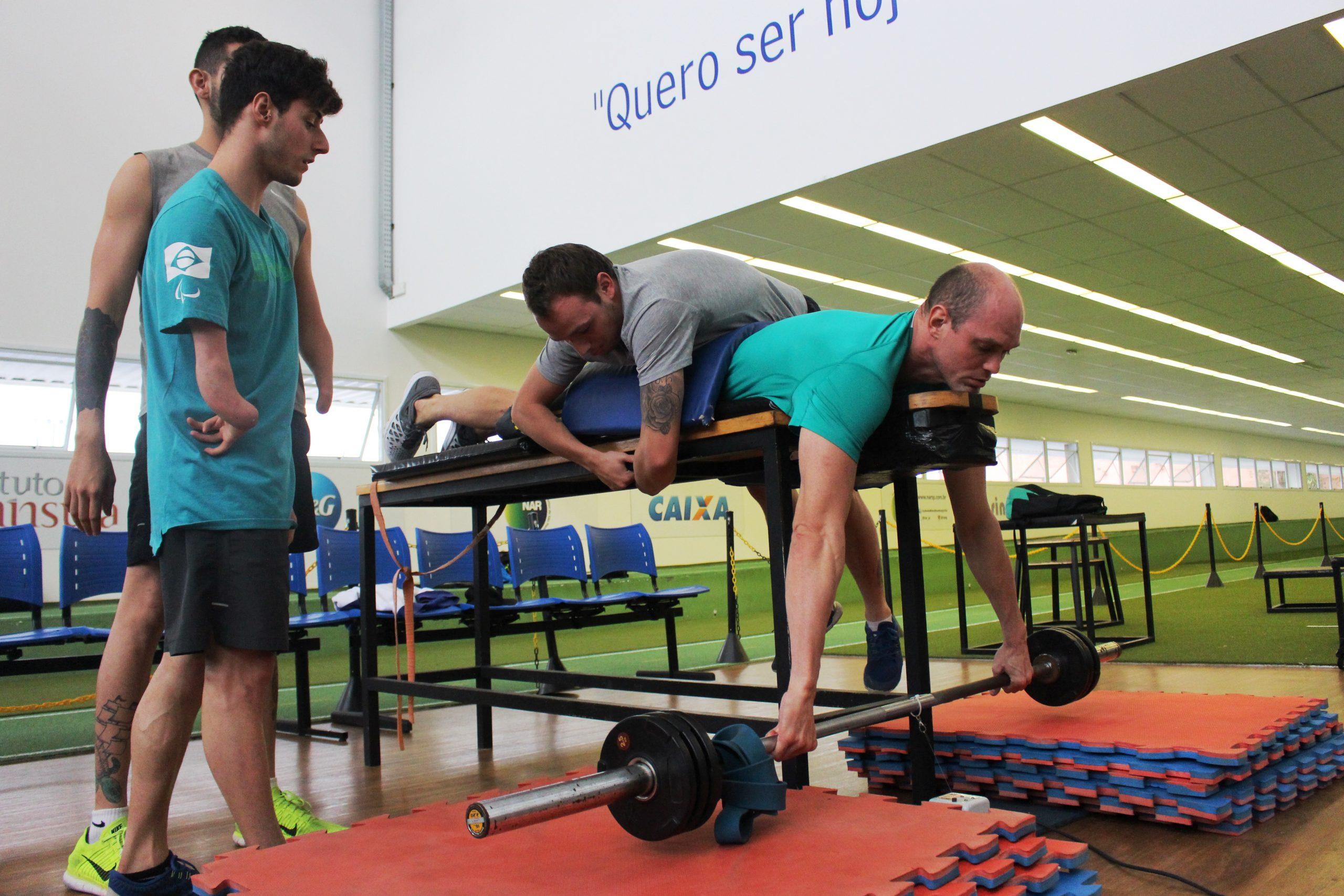Atletas da seleção paralímpica de natação continuam preparo físico no NAR-SP
