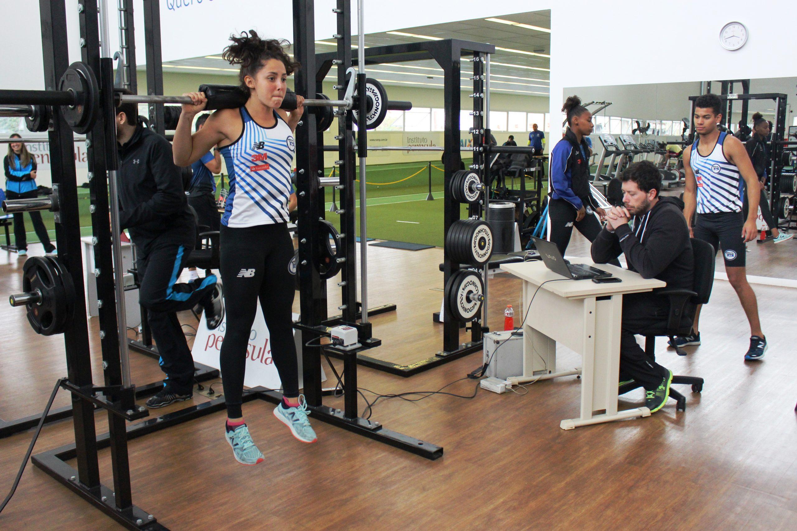 Saltadores do Clube Pinheiros passam por avaliações no NAR-SP – ao lado de seu técnico