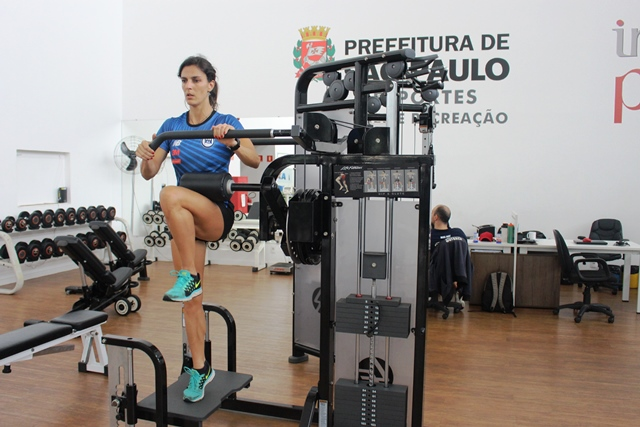 Acompanhados pela atleta olímpica Joana Costa, saltadores do Clube Pinheiros são avaliados no NAR-SP