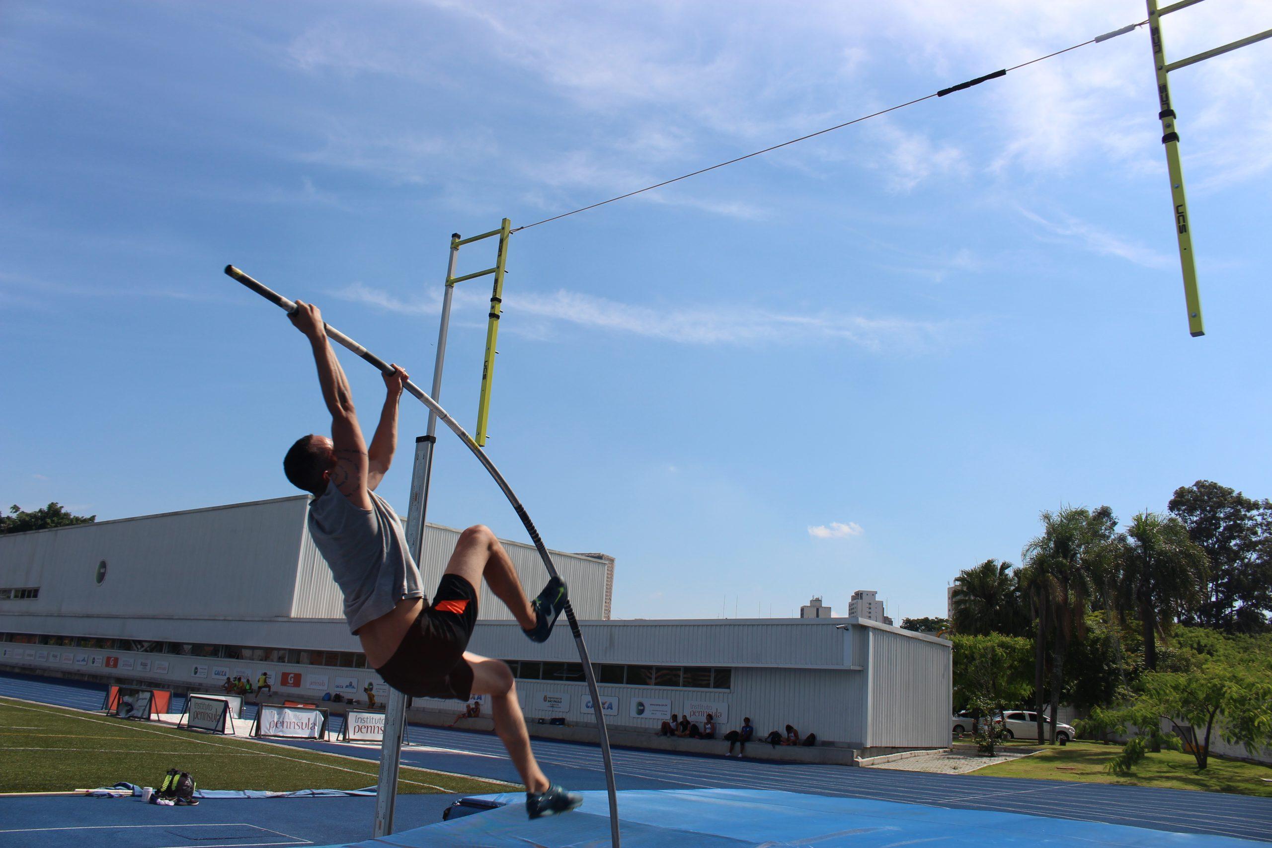 Atletas de salto com vara participam de festival no NAR-SP