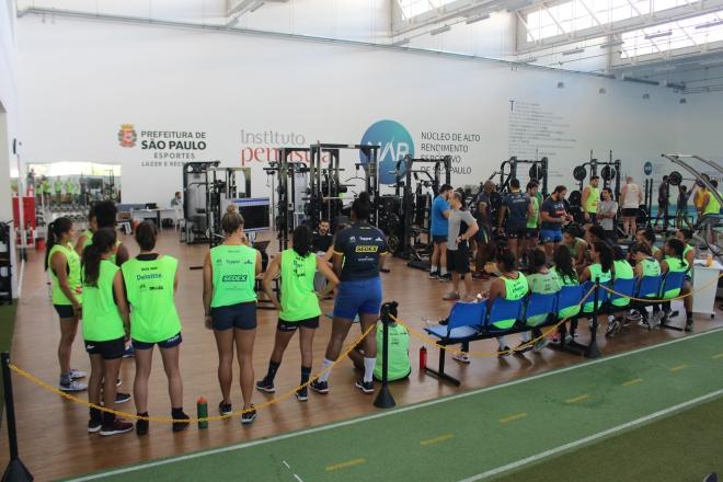 Seleção feminina de rugby retorna aos trabalhos no NAR-SP