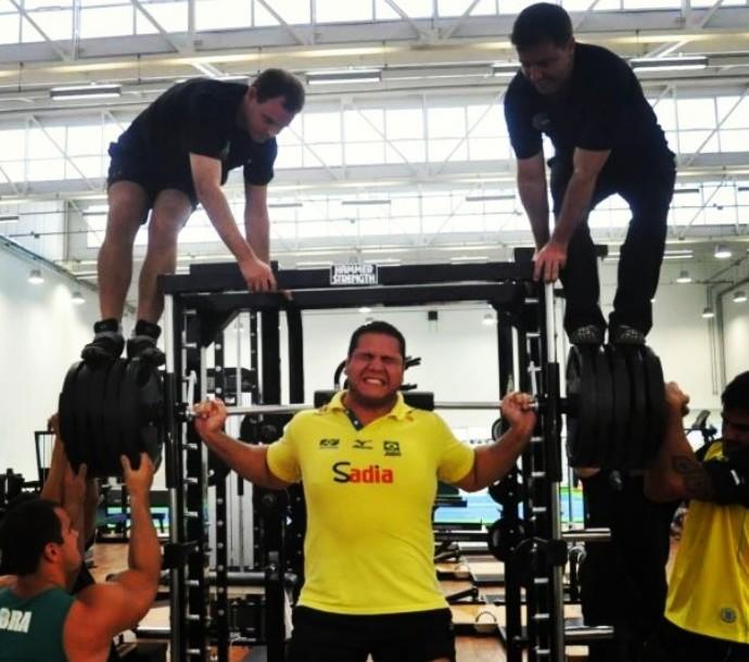 Em teste no NAR, Baby aplica força para alçar 560kg, e Penalber levanta 260kg